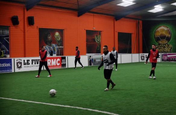 Les joueurs de l'USQ s'entraînent sous l'œil de Diego Maradona, que l'on dit en balance entre Montpellier et Quevilly
